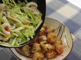 油条韭黄炒墨鱼,12.翻炒匀就可以起锅了,倒入装有油条的碗中,这道菜就完成了。