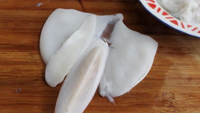 油条韭黄炒墨鱼,2.将墨鱼认真地清洗干净,取出骨头。