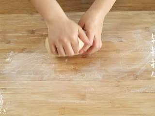 红糖馒头12m+,往案板上撒点面粉,轻揉面团排气~