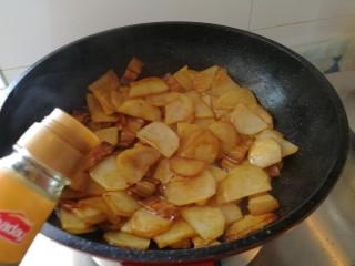 回锅肉香辣土豆片,土豆片炒至9成熟加点香醋翻炒