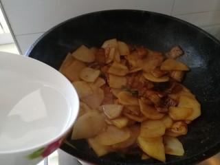 回锅肉香辣土豆片,加半碗开水,加一点点盐。