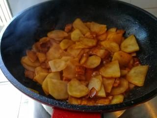 回锅肉香辣土豆片,继续翻炒,大火收汤。