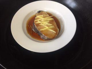 清蒸鳕鱼,水开放入盘子中火蒸8-10分钟就可以了,根据鱼肉的厚度自行调节,拿出来倒出一部分汤汁,你也可以在盘子上加盖保鲜膜
