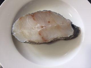 清蒸鳕鱼,鳕鱼解冻好清洗干净沥干放入盘中