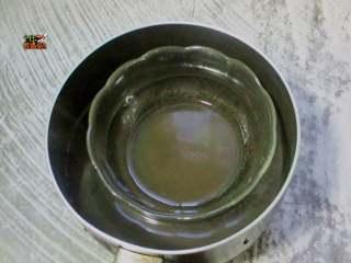 彩虹杯子布丁,融化的橡皮糖搅拌均匀