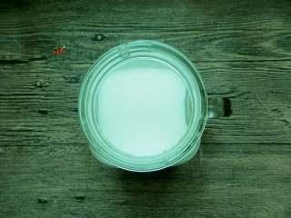 彩虹杯子布丁,一层颜色凝固了以后,将橡皮糖牛奶溶液倒入杯子