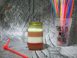 彩虹杯子布丁,2种颜色交替做成4层,很漂亮吧,味道跟果冻一样的。