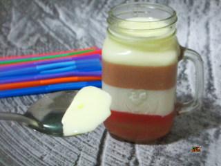 彩虹杯子布丁,这个橡皮糖布丁的制作方法极其简单
