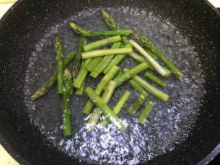 鸿运当头~浇汁芦笋,锅里加水,烧开放入芦笋