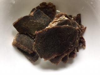 牛肉河虾煮干丝,准备适量的熟牛肉片,我这是冻过,用新鲜的较好