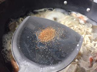 牛肉河虾煮干丝,加入少量的干虾籽提鲜