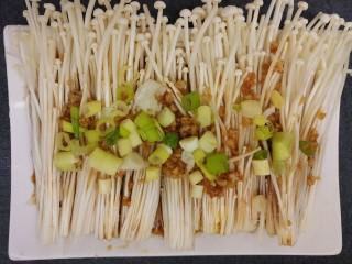 蒸金针菇,再撒上葱花