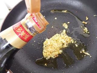 蒸金针菇,再倒入生抽,大约三勺