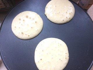 健康版松饼,舀一勺面糊倒入锅中,摊成饼,如图