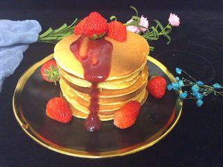 健康版松饼,装盘后舀一勺草莓酱,倒入饼上,摆上几个草莓🍓就OK了