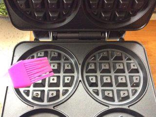 卡罗松饼粉版—华夫饼,打开机子上下盘刷油