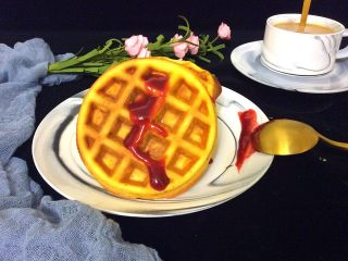 卡罗松饼粉版—华夫饼,舀一勺自制的草莓酱,配上一杯咖啡,美味的早餐开吃了