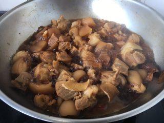 笋干红烧肘花肉,放入与食材齐平的开水,大火煮开,小火炖30分钟。