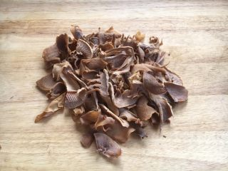 笋干红烧肘花肉,将笋干按照个人习惯切成自己喜欢大小的段备用。
