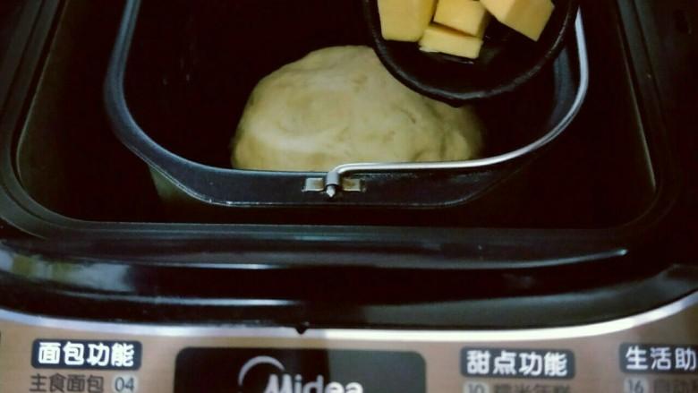 宝宝最爱&香肠面包,这时把黄油称重切小块,室温软化。20分钟后面团处于扩展阶段,这时加入室温软化的黄油。(室温自然软化)