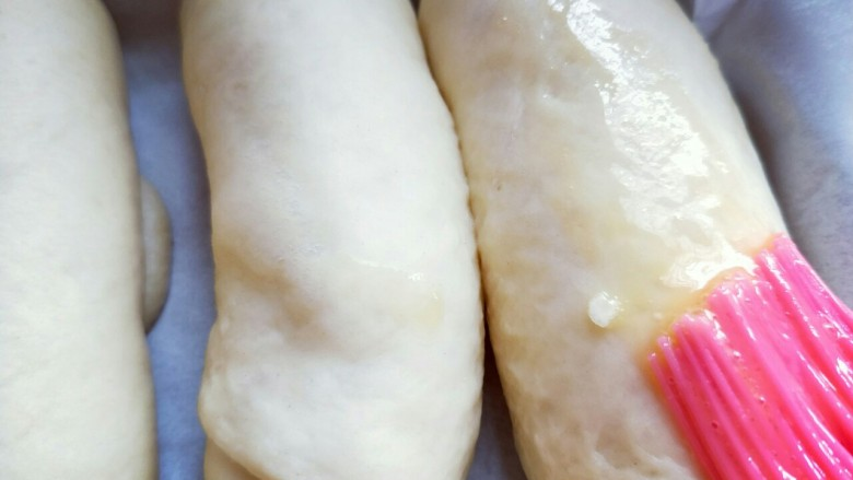 宝宝最爱&香肠面包,发酵好的面包胚,刷上一层蛋液。再次送入烤箱,入中层,上下管180度烤18-20分钟。(具体温度及时间根据自家烤箱性能另定)