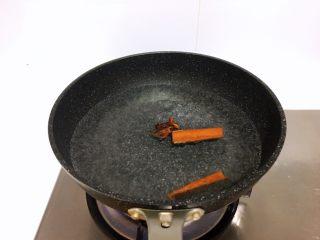 减肥食谱-酱牛肉,无糖无水,锅里放调料,这次花椒大料炖肉的那种料,这里不讲究,随意,目的是为了等水开,把牛肉,煮个两分钟