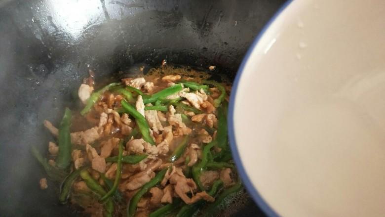 #劳动最光荣#青椒肉丝打卤面,加入淀粉,快速翻炒关火出锅。(淀粉用水化开)