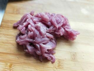 #劳动最光荣#青椒肉丝打卤面,里脊肉洗干净切丝。