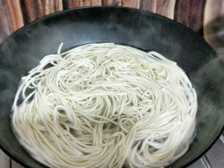 #劳动最光荣#青椒肉丝打卤面,煮面: 锅中加入清水,大火烧开后下面,将面煮熟烤出即可。