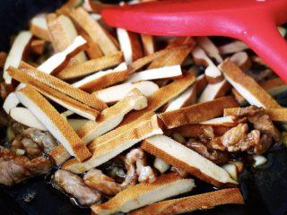 蚝油茼蒿肉丝豆干小炒,放入切条的豆干