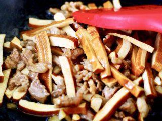 蚝油茼蒿肉丝豆干小炒,继续用大火进行翻炒片刻