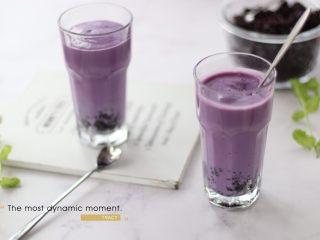 奶香紫薯血糯米糊,杯子底放一些血糯米,再将紫薯牛奶糊倒入即可