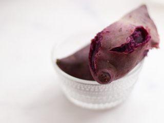 奶香紫薯血糯米糊,紫薯清洗干净上锅蒸熟