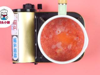 少女心爆棚的草莓牛奶,将草莓泥倒入奶锅中,倒入清水少许、细砂糖30g、柠檬汁2ml,开中火搅拌煮沸,撇去浮沫,关火放凉