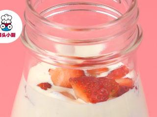少女心爆棚的草莓牛奶,最后放入草莓丁