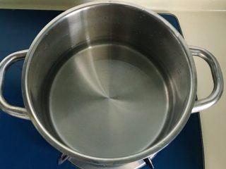 酸辣泡菜锅,锅里放适量水大火煮开