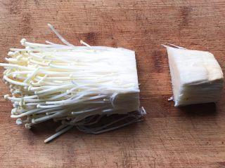 酸辣泡菜锅,金针菇切掉根部