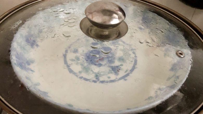 自制广式肠粉,蒸锅加水放入盘子,开火加热