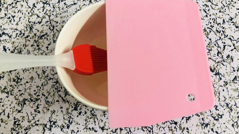 自制广式肠粉,碗放点油,准备一把刷子,还有一个刮板
