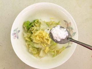 开胃小菜  酸辣白菜,加入1勺白糖