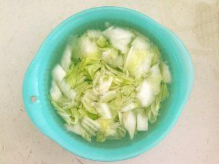 开胃小菜  酸辣白菜,把炒好的白菜放入冷水中过凉
