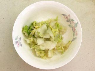 开胃小菜  酸辣白菜,把白菜捞出来,挤干水份,放入碗中