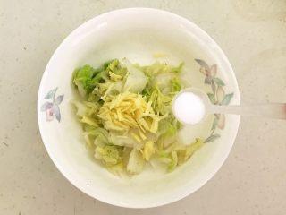 开胃小菜  酸辣白菜,加入2克精盐