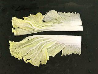 开胃小菜  酸辣白菜,把白菜从中间切开