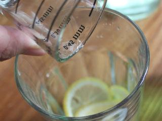 Mojito 莫吉托,把薄荷,柠檬,朗姆酒,糖浆材料放入杯中捣碎
