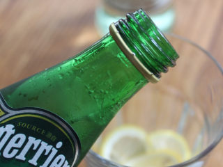 Mojito 莫吉托,然后放入苏打水和冰块即可