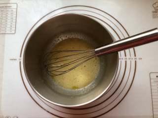 甜甜圈,2.把白糖和鸡蛋打入盆中,用手抽搅拌均匀,不需要打发,搅匀即可。
