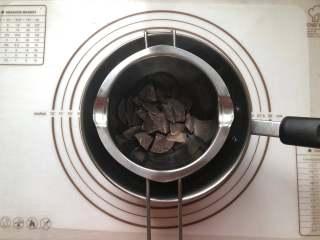甜甜圈,.巧克力币放到无油无水的容器中,隔热水融化。我是黑白巧克力币各融化了70克,但是没有用完,可以留着下次用。
