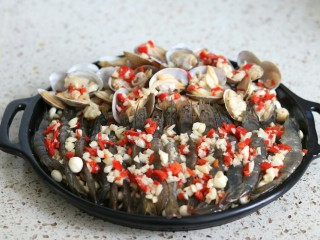 蒜蓉金针菇烤花蛤虾,浇上蒜末油,花蛤表面最好都要覆盖上,烤的时候肉才不会变干,放入烤箱200度烤12-15分钟,撒上葱花芝麻即可