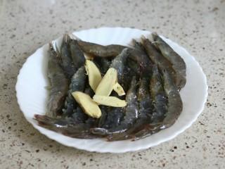 蒜蓉金针菇烤花蛤虾,加入盐、糖、料酒、蒸鱼豉油腌制10分钟